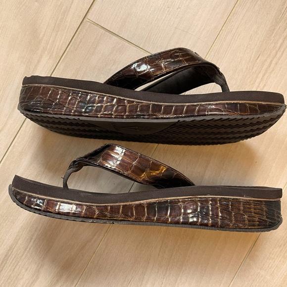 Volatile thong flip flop